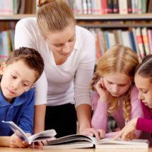 Schüler in Bibliothek